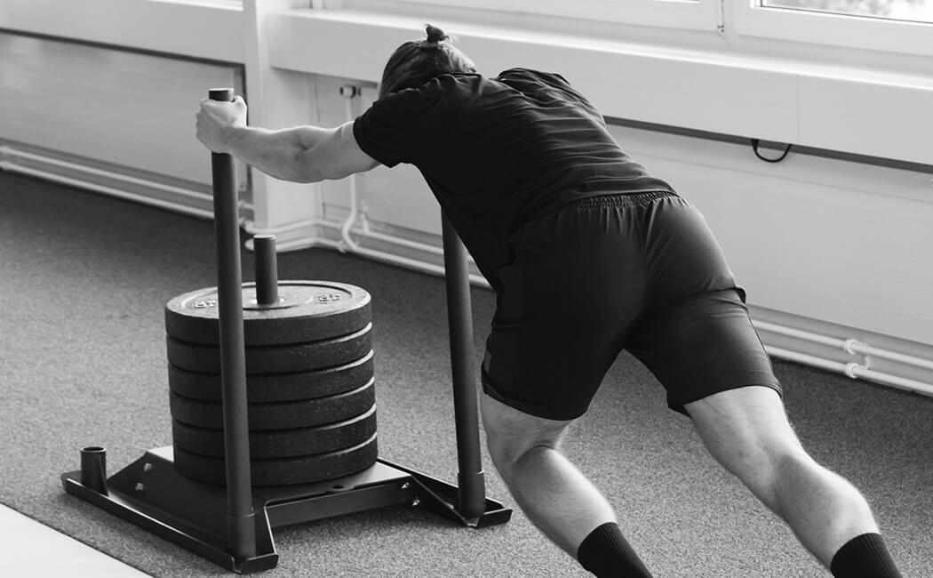 Severin Kuppelwieser schiebt Schlitten mit Gewichten